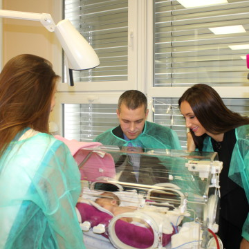 Předávání první části výtěžku z MF2015 Nemocnici na Bulovce