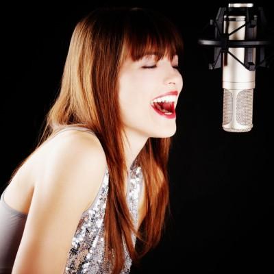 dabing-zena-mikrofon